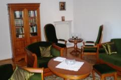 007 Biblioteka, 016 Fotel, 002, Stolik elipsa, 130 Pufa